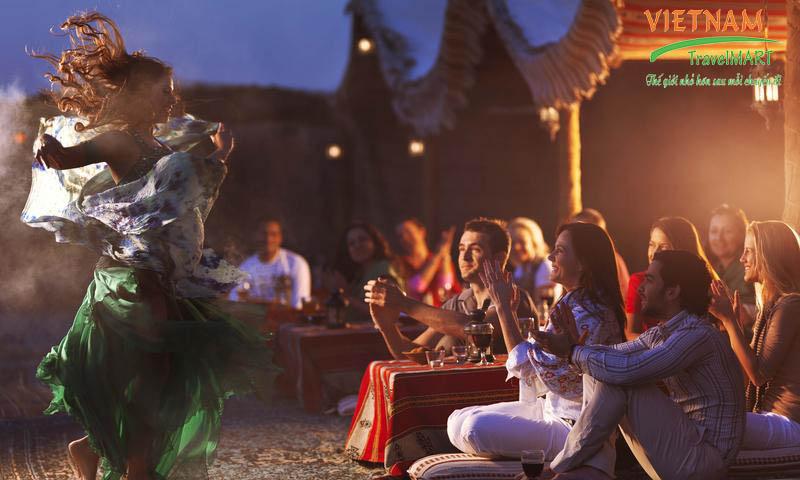 Thưởng thức chương trình múa bụng của các vũ công trong khi ăn tối