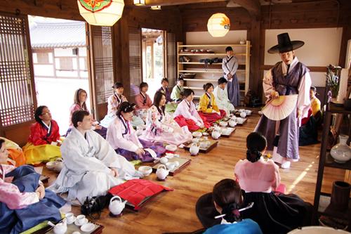 Trải nghiệm mặc Hanbok - trang phục truyền thống của người dân Hàn Quốc