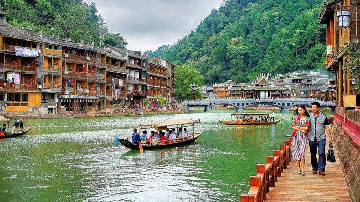 Ngồi thuyền du ngoạn sông Đà Giang